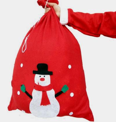 По дому можно расставить подарочные мешки