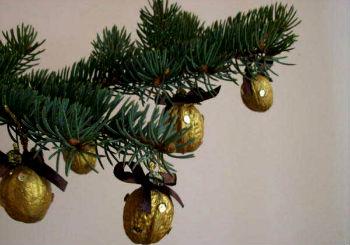 Украшение уличной елки грецкими орехами