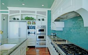 Кухня в бирюзовом цвете – с мыслями о море. Более 30 фото