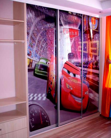 Шкаф-купе в детской комнате мальчика.