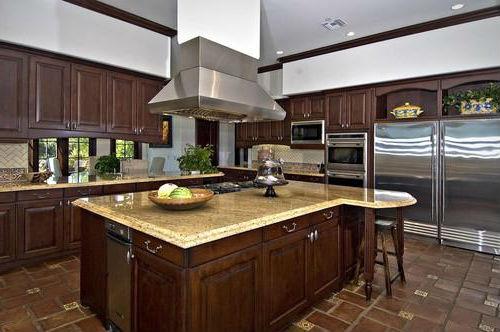 Кухня в Калифорнийском доме Бибера.