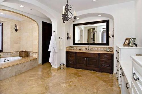 Ванная комната с ванной встроенной в подиум.