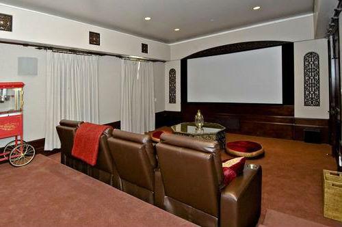Кинозал с удобным диваном на 4 места.