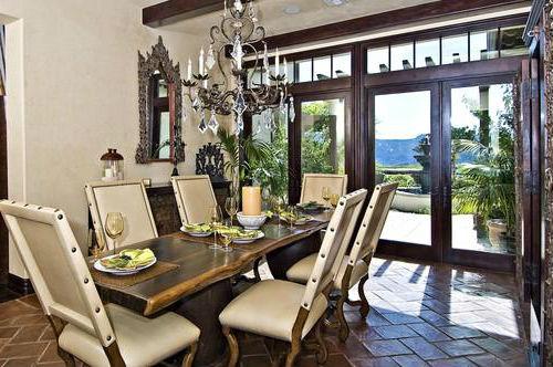 Столовая с массивным столом и кожаными стульями.