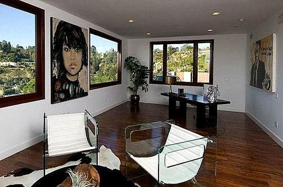 Гостиная с портретом на стене.