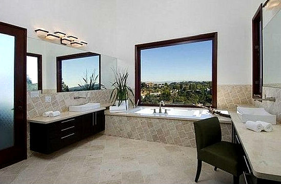 Одна из 8 ванных комнат.
