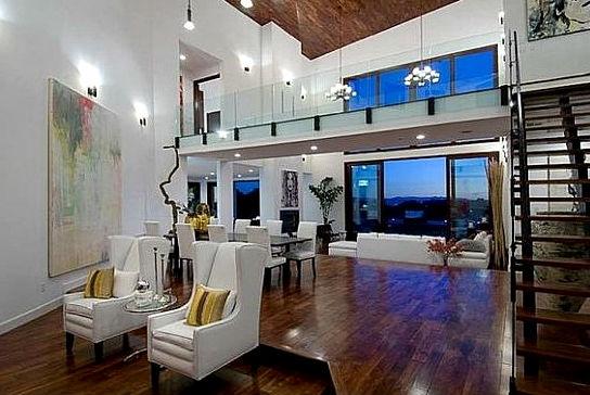 Гостиная с удобными высокими креслами.