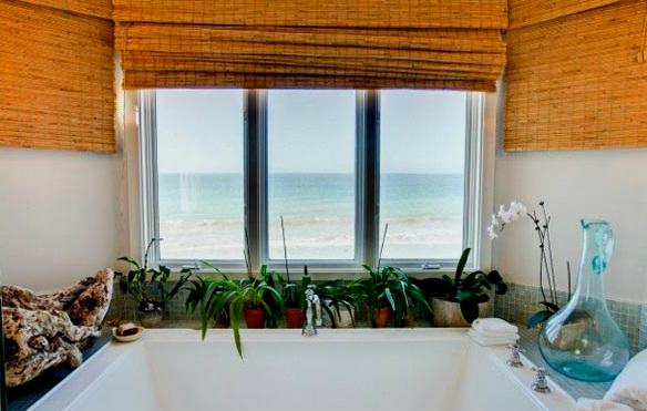 Ванная комната с видом на пляж.