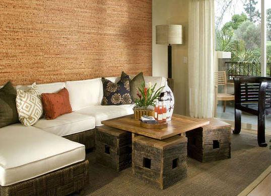 Грубая деревянная мебель великолепно сочетается с однородными пробковыми панелями.