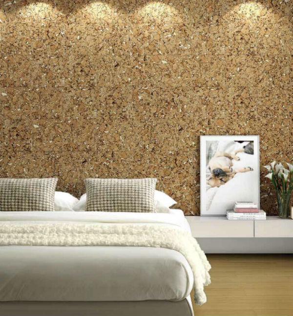 Спальня с пробковой стеной за изголовьем кровати.