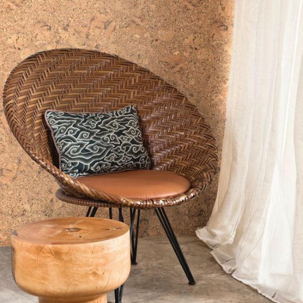 Плетеная мебель также отлично смотрится на фоне пробковых стен.