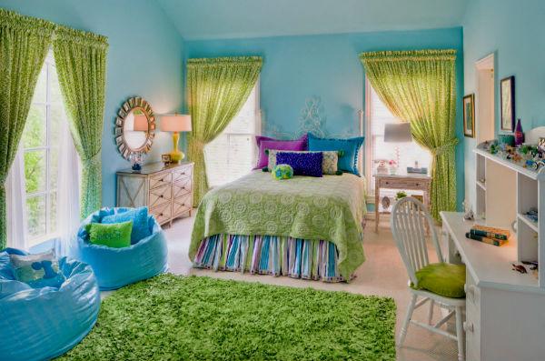 Голубые кресла-мешки в зеленой детской комнате.