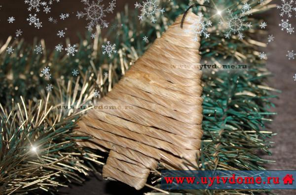 Такую подвеску елку из картона и бечевки будем делать.