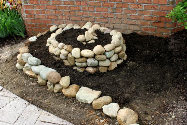 Клумбы из камней – самые лучшие примеры (90+ фото)