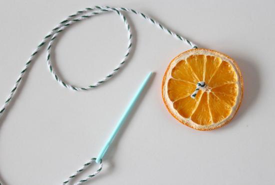 Подвеска из засушенных кружочков апельсина своими руками