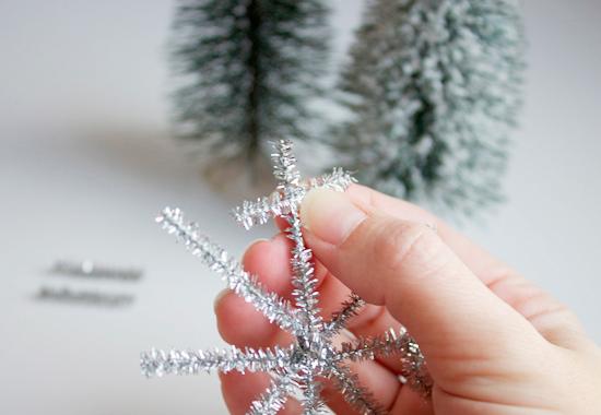 Как быстро и просто сделать снежинки из синельной проволоки