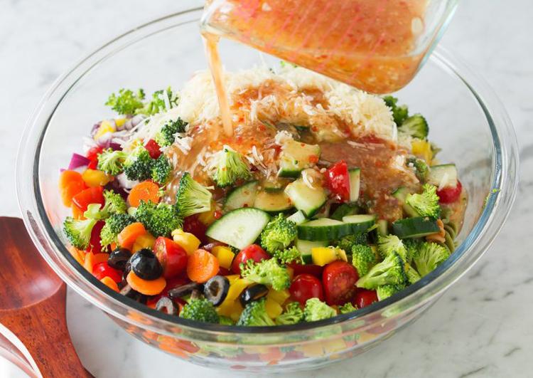 Самый вкусный и сытный салат с макаронами (рецепт)