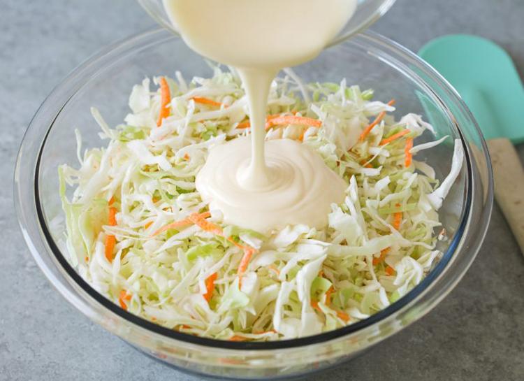 Любимый свежий салат с капустой и морковью на скорую руку (всего 5 ингредиентов)