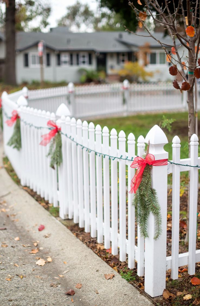 Как украсить забор к Новому году (более 30 фото)