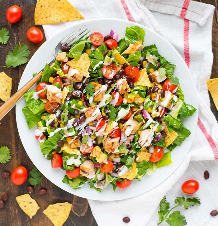 Картинка салат из курицы и кукурузы.