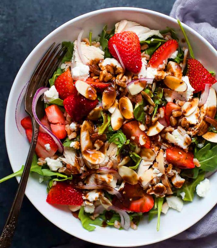 Аппетитный салат на 14 февраля с клубникой и куриной грудкой (рецепт)