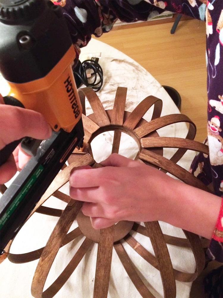 Деревянная круглая потолочная люстра своими руками (бамбуковый светильник-абажур из пялец)